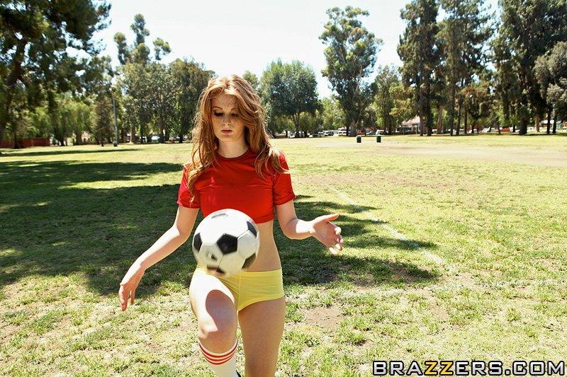 Тренер ебёт рыжую футболистку в раздевалке - секс порно фото