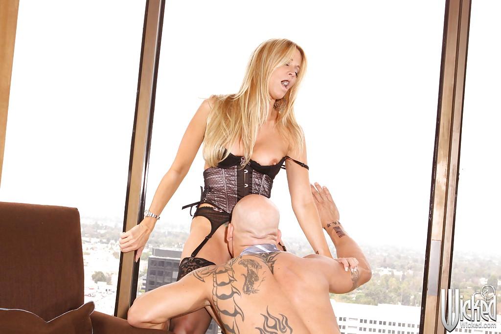 Татуированный и лысый мужик трахает Jessica Drake в корсете - секс порно фото