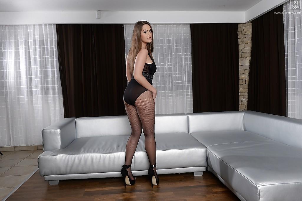 Грудастая россиянка Kendra Star раздевается у серого дивана - секс порно фото