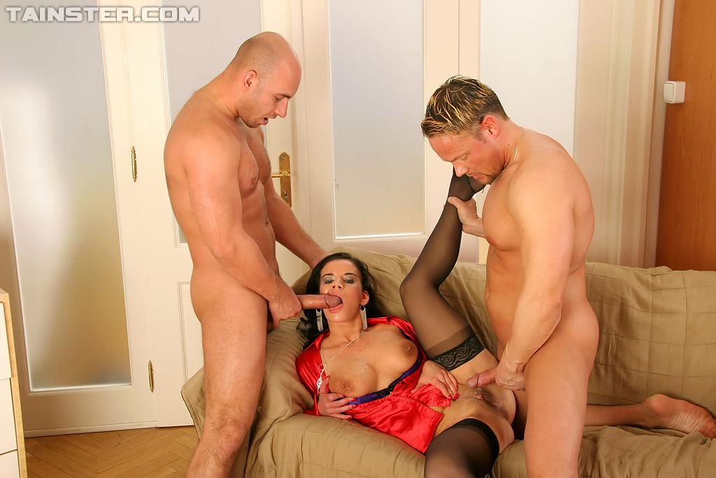 Два парня ебут сексуальную европейку в чёрных чулках - секс порно фото
