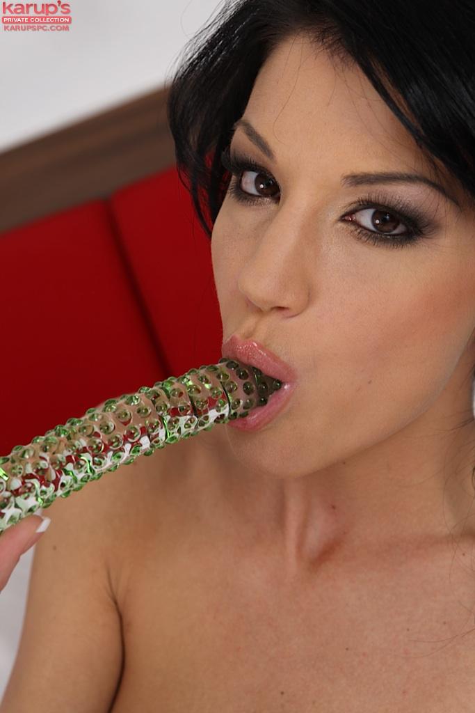 Худощавая брюнетка Penelope мастурбирует дилдо на кровати - секс порно фото