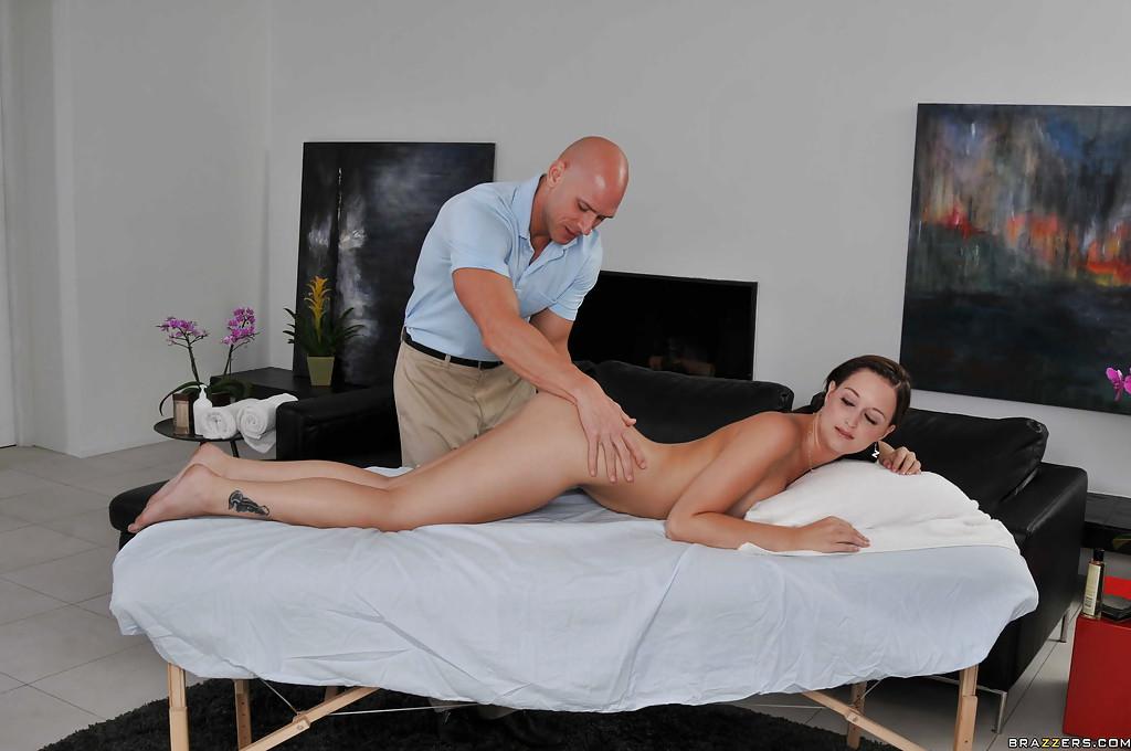 Опытный массажист трахает большим членом милашку Blaire Banks - секс порно фото