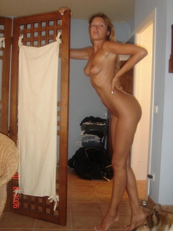 Муж фотографирует голую жену в спальне - секс порно фото