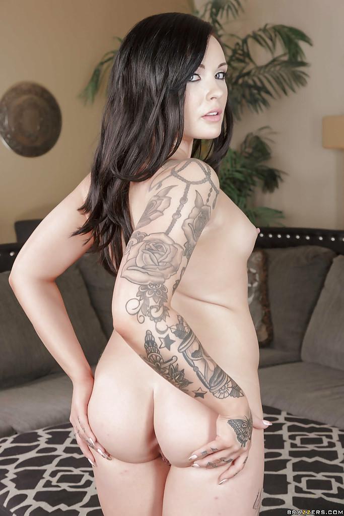Татуированная милашка Chloe Carter раздевается в гостиной - секс порно фото