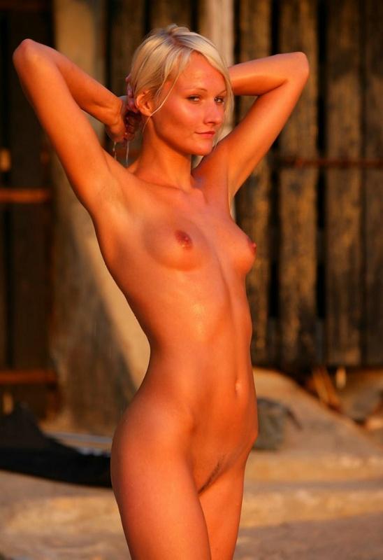 Красивая блондинка купается голышом в озере - секс порно фото