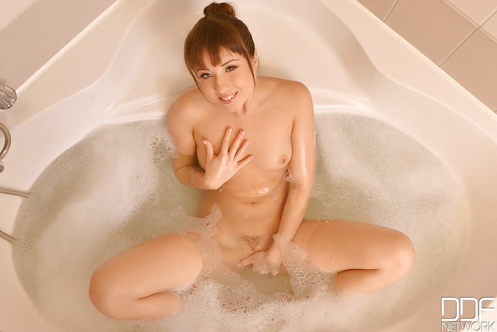 Европейская цыпочка мастурбирует принимая ванну с пеной - секс порно фото