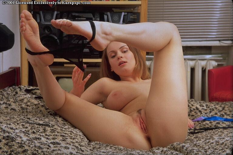 Грудастая особа раздевается оголяя киску перед вебкамерой - секс порно фото