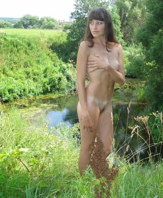Молодая деваха с маленькими сиськами голая позирует на свежем воздухе - секс порно фото