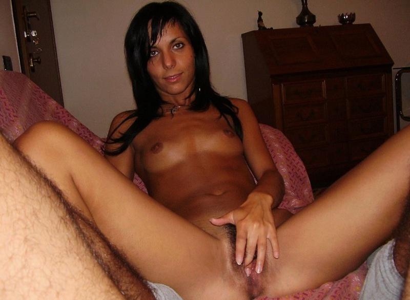 Худенькая загорелая девица оголила свои формы перед камерой - секс порно фото