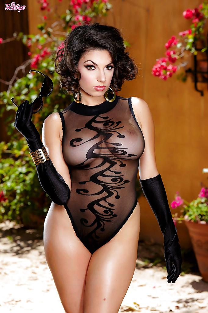 Сексуальная модель позирует и обнажает свои смачные формы - секс порно фото