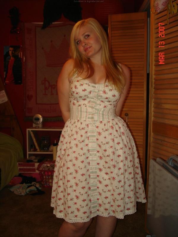 Молодая блондинка сексуально раздевается и показывает свои упругие формы - секс порно фото