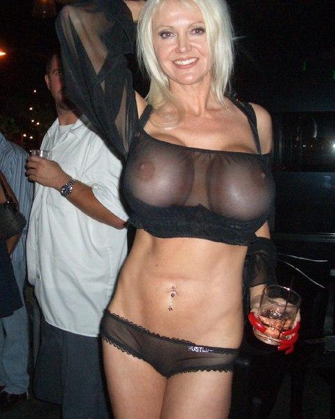 Зрелая мамочка оголяет свои огромные шары в публичных местах - секс порно фото