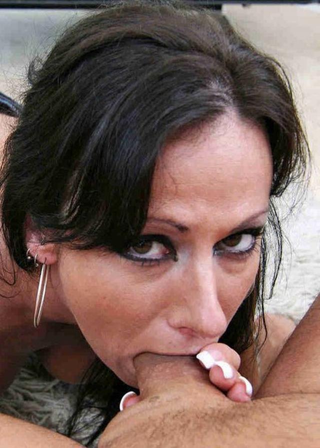 Дамочки удовлетворяют минетом одновременно несколько мужиков показывая глубокое заглатывание - секс порно фото