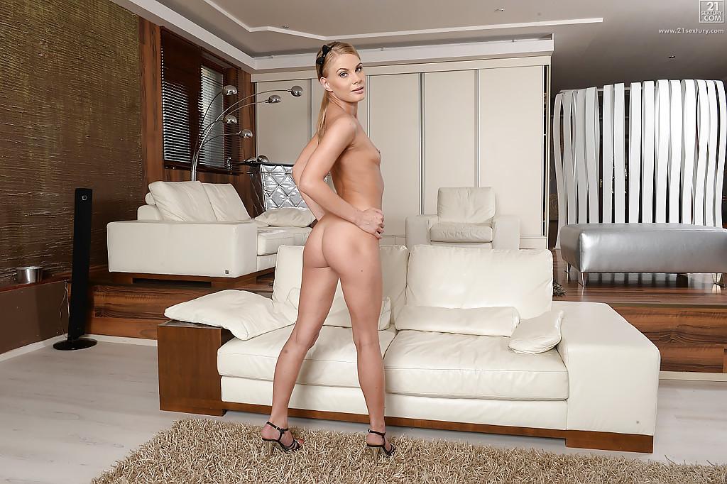 Служанка с упругой попкой оголяет свои маленькие сиськи - секс порно фото