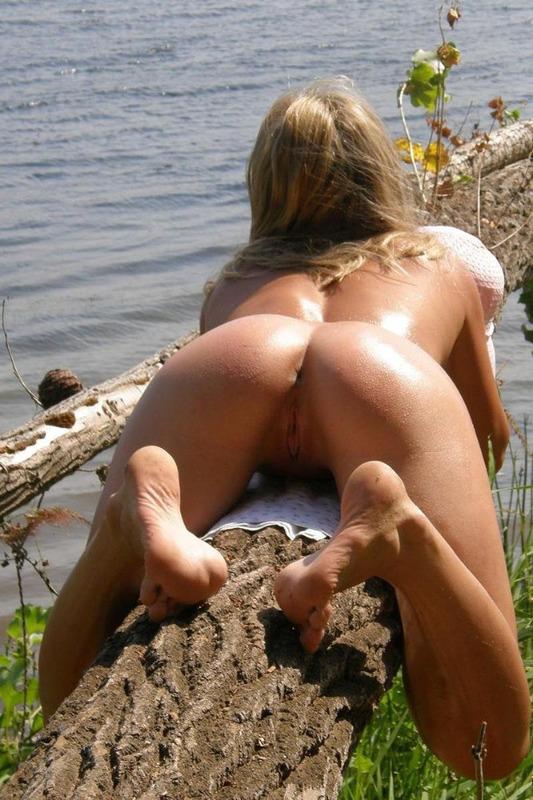 Молоденькая девица позирует голой на озере - секс порно фото