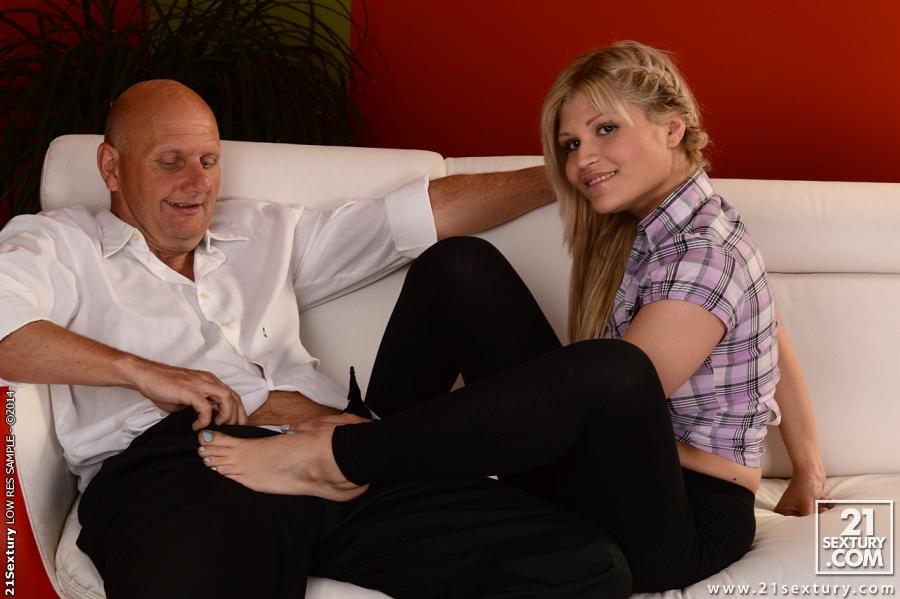 Пожилой любовник трахает сексуальную студентку - секс порно фото