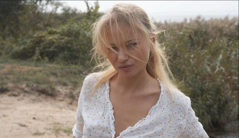 Парень снимает стриптиз сексуальной цыпочки на берегу реки - секс порно фото