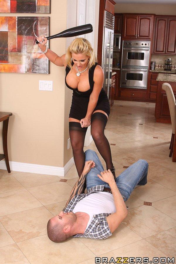 Татуированный грабитель трахает в анал вернувшуюся домохозяйку - секс порно фото