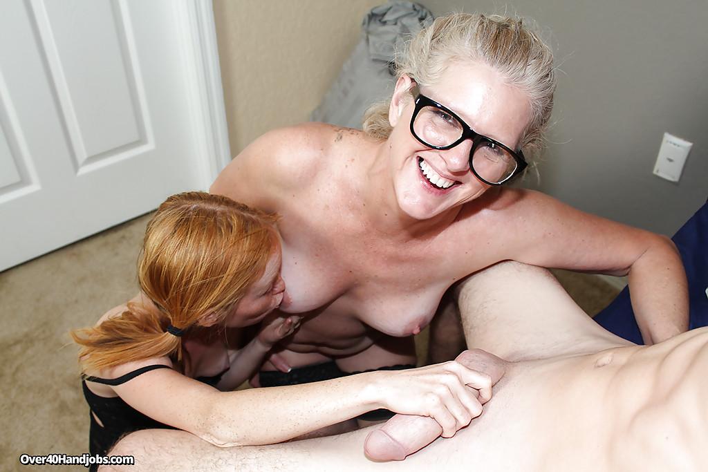 Молодожёны пригласили домой опытную соседку для тройничка - секс порно фото