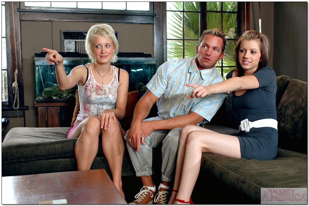 Скучающие студентки Кимберли и Лекси устроили тройничок с соседом - секс порно фото